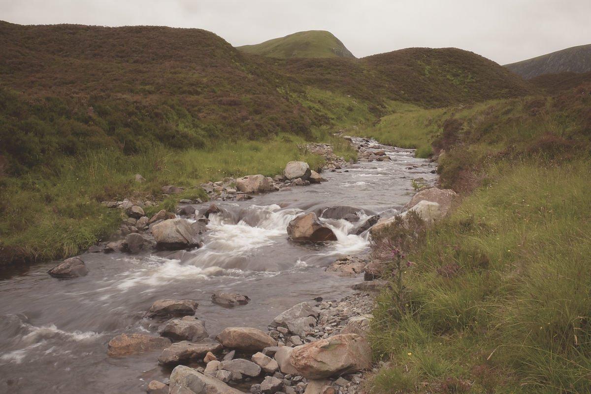 Versteckt in den Highlands - Bachlauf in den Highlands