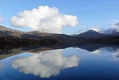 Versteckt in den Highlands - Highlands spiegeln sich im See